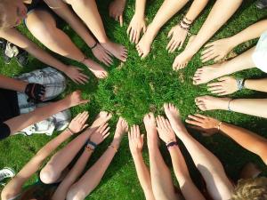 Immagine mani_piedi cooperazione