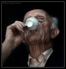 anziano che beve caffè