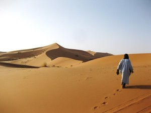 Deserto-uomo-solo