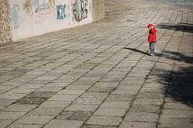 bambino solitario